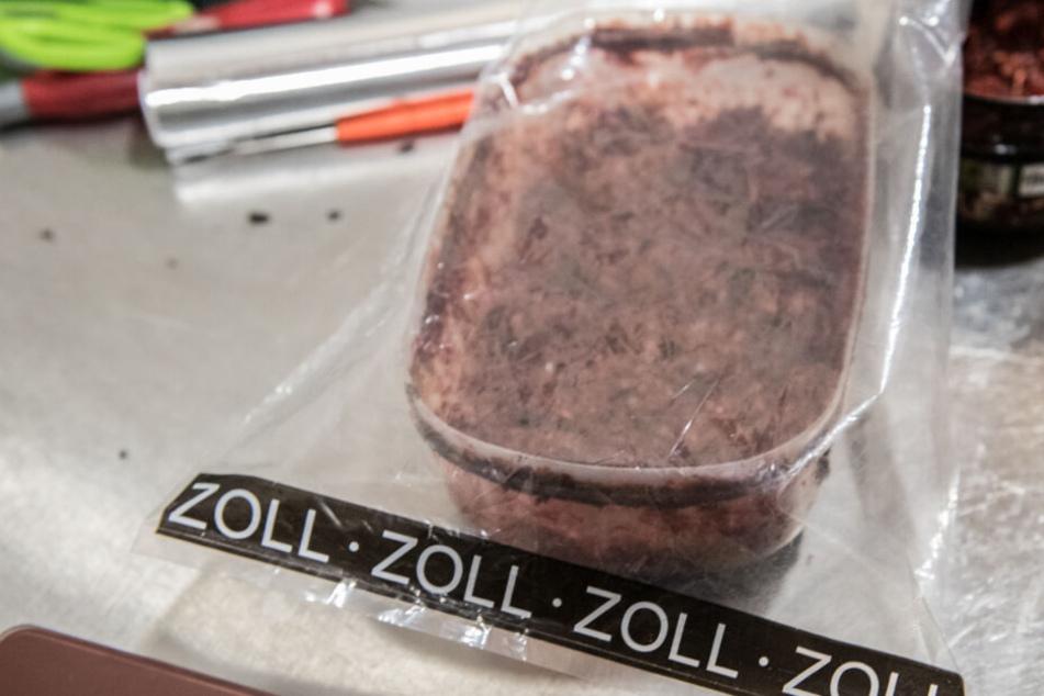 Die Ermittler stellten über eine Tonne Shisha-Tabak sicher. (Symbolbild)