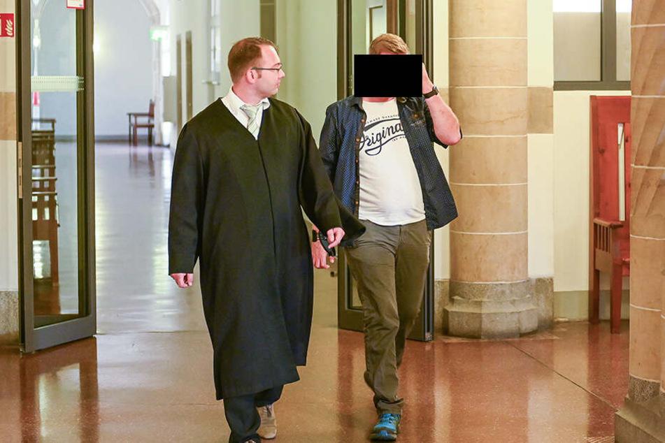 Martin S. (30, r.) mit seinem Anwalt Marcel Hempel im Amtsgericht Bautzen.