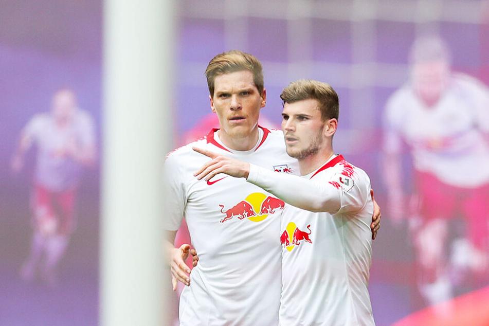 Leipzigs deutsche Nationalspieler jubeln: Timo Werner (r.) wird von Marcel Halstenberg nach seinem Treffer zum 2:0 beglückwünscht.