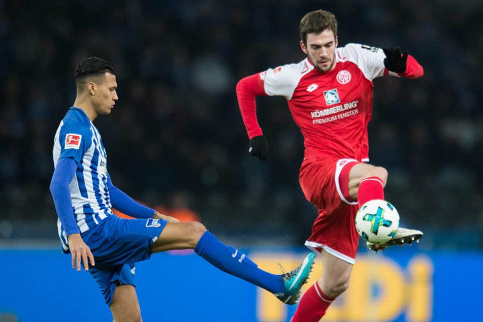 Berlins Davie Selke kämpft um den Ball gegen den Mainzer Stefan Bell (r).