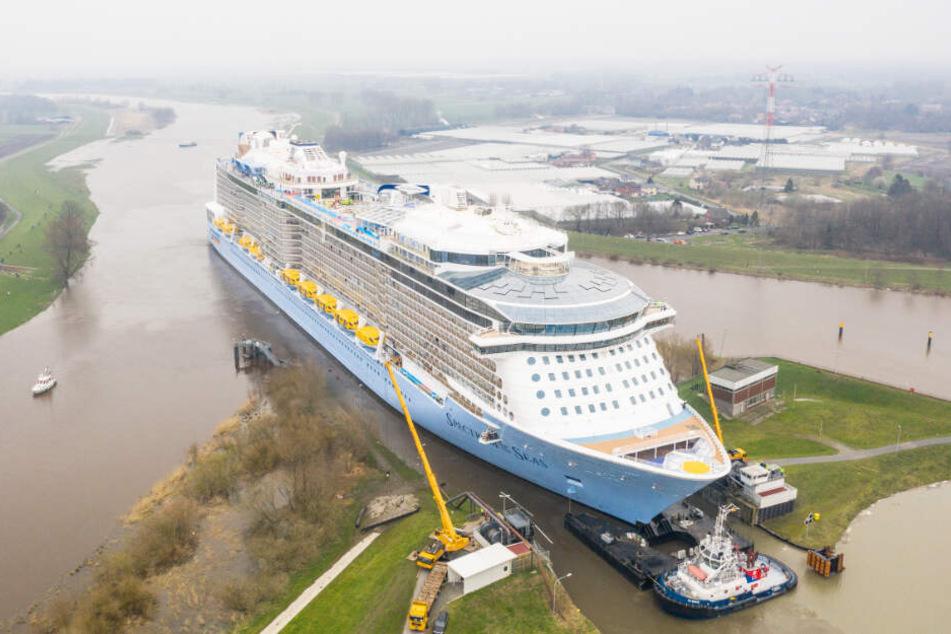 """Das Kreuzfahrtschiff """"Spectrum of the Seas"""" der Meyer Werft wird über die Ems in die Nordsee überführt."""