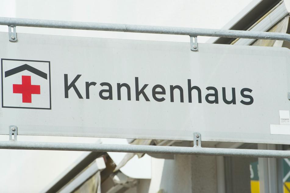 """Ein Schild mit dem Schriftzug """"Krankenhaus"""" weist die Richtung. (Symbolbild)"""