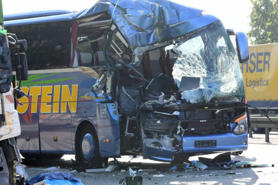 Reisebus kracht in Müll-Laster: 1 Tote und 31 Verletzte!