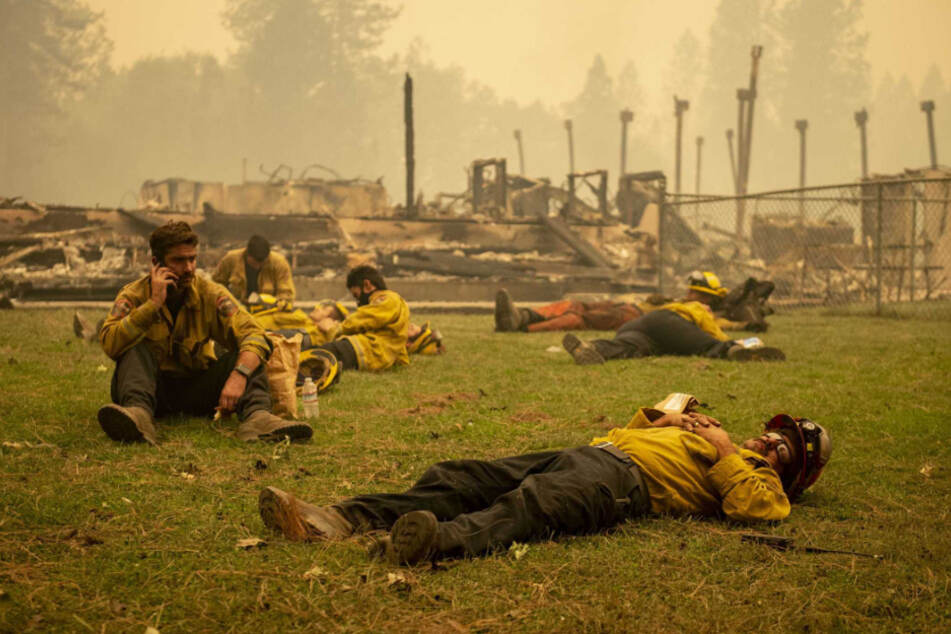 USA: Eine Feuerwehrmannschaft macht eine Pause neben der Berry-Creek-Grundschule, die während des Bear Fire über Nacht zerstört wurde.