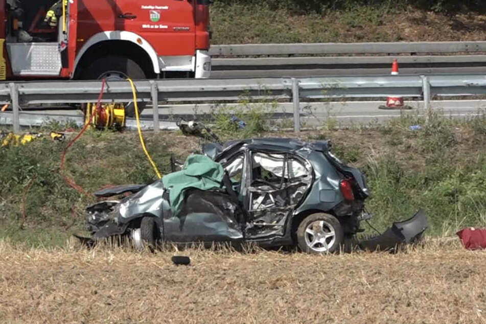 Fahrerin und Beifahrerin waren in dem Wrack eingeklemmt.