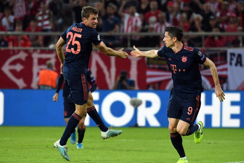 Thomas Müller (l.) und Torschütze Robert Lewandowski jubeln nach dem Treffer zum 1:1.