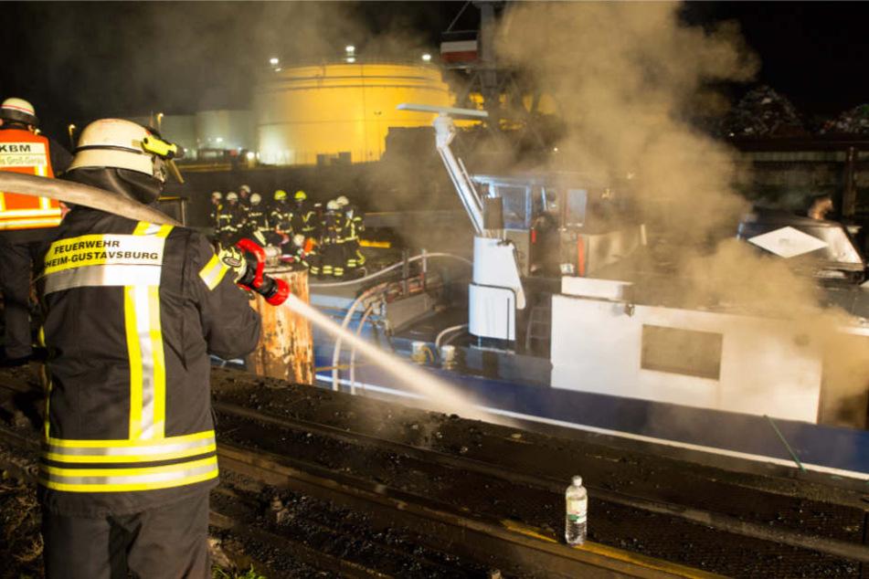 Frachter in Flammen: Feuerwehr-Großeinsatz am Rhein