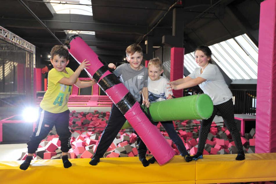 Lean (6), Lennox (9), Theodor (9) und Lilly (9) tobten sich im Jump'n Play aus.