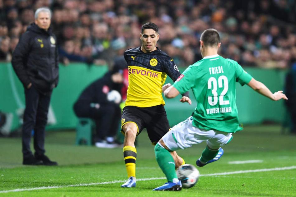 Ein entscheidendes Duell vor dem 1:0 für Werder. Achraf Hakimi (l.) verlor gegen Marco Friedl den Ball, was kurz darauf zum Tor führte. Auch hier an der Seitenlinie bedrängt der SVW-Kicker den Dortmunder.