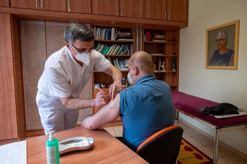 Schon jetzt impfen Arztpraxen, ab Juni sollen sie die Hauptrolle beim Impfen spielen.