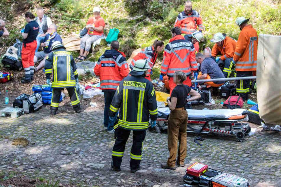 Die Rettungskräfte versorgen mehrere Verletzte.