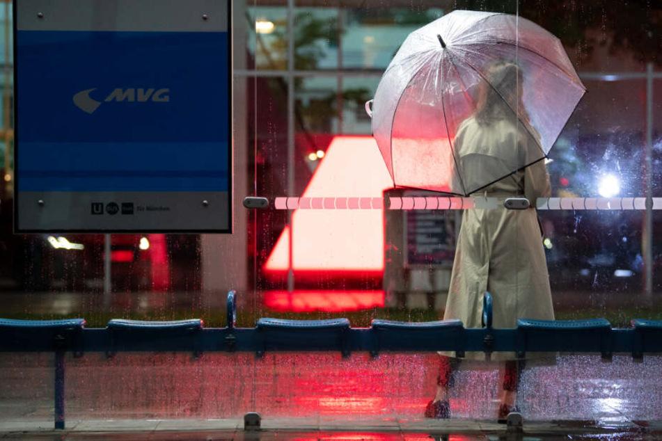 Es wird feucht: Nach dem warmen Wochenende soll es im Montag in Bayern zu Gewittern kommen.