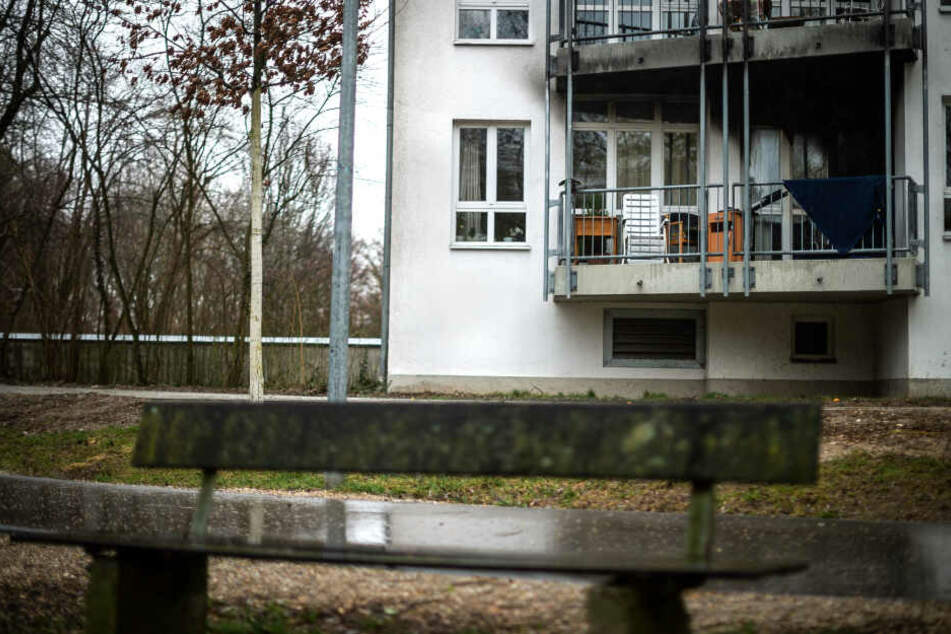 An dem Balkon eines Altenheims in Erding sind Rußspuren nach dem Feuer zu sehen, bei dem eine Frau starb.