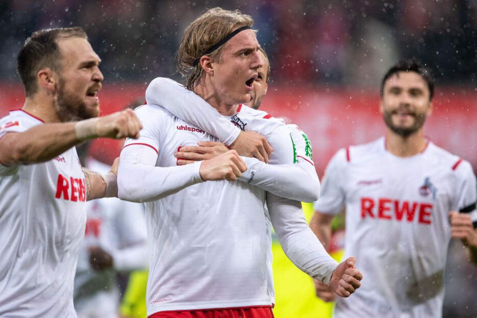 Kölns Rafael Czichos (l-r), Torschütze Sebastiaan Bornauw und Jonas Hector jubeln nach dem Treffer zum 3:0 gegen Paderborn.