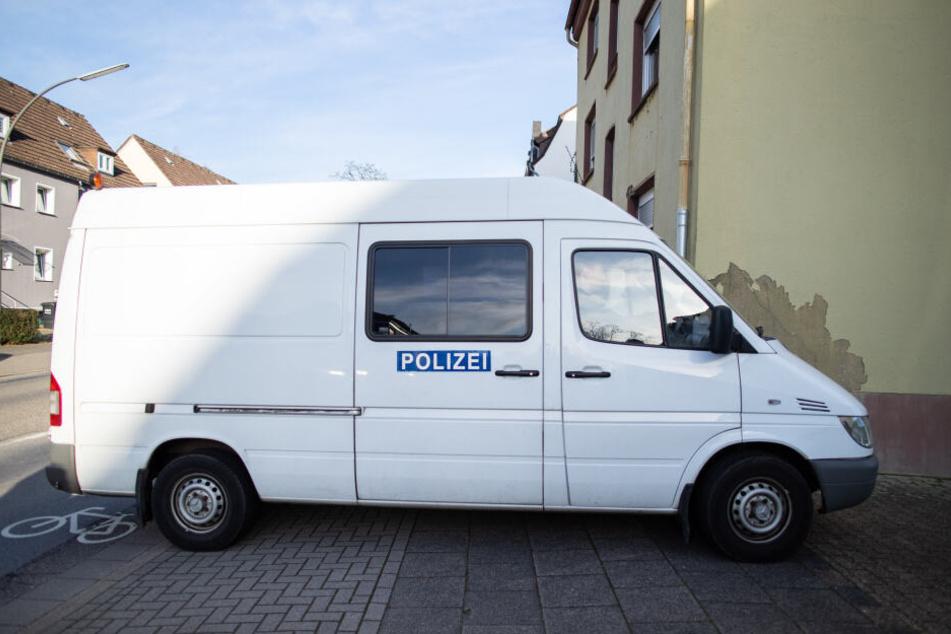 Ein Fahrzeug der Spurensicherung parkte vor dem Mehrfamilienhaus.