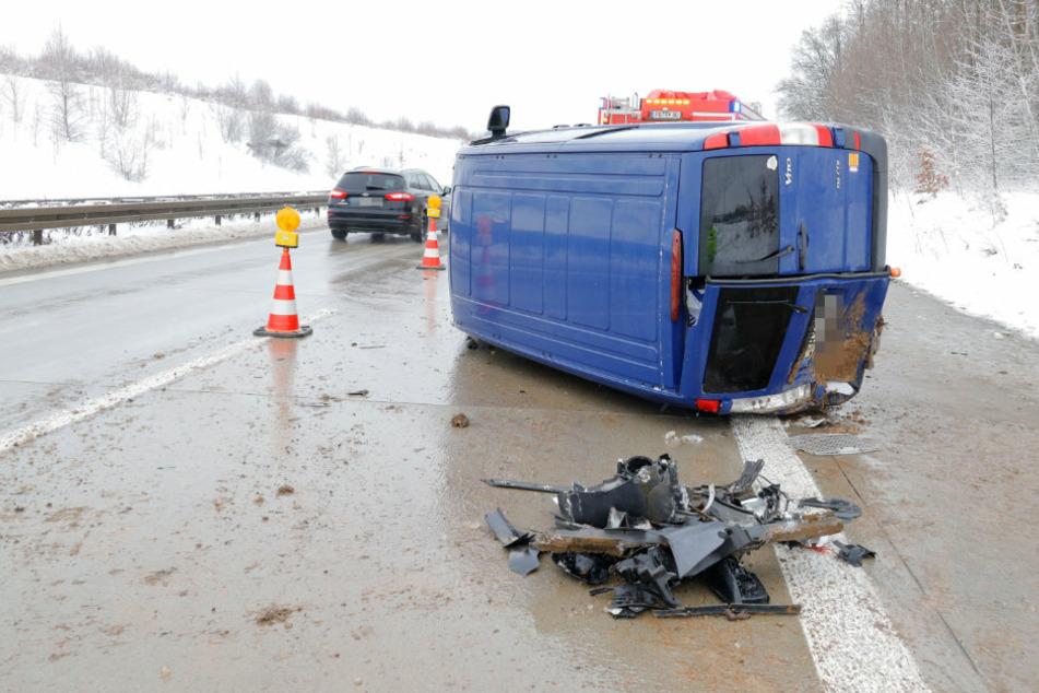 Heftiger Crash auf A72: Transporter überschlägt sich
