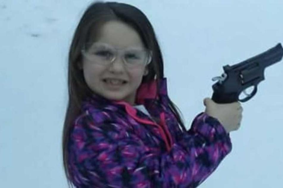 Die Fünfjährige mit ihrem Revolver, den sie von ihrem Vater geschenkt bekam.