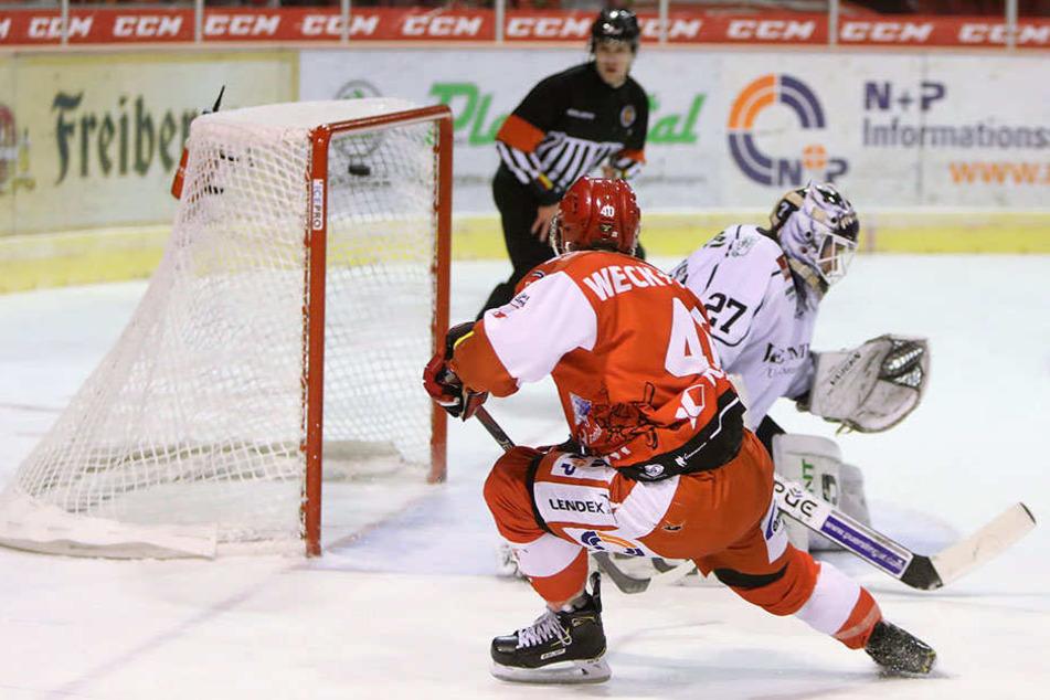 Philipp Halbauer netzt zum 11:4-Endstand ein, Eislöwen-Goalie Sebastian Stefaniszin konnte einem leidtun.