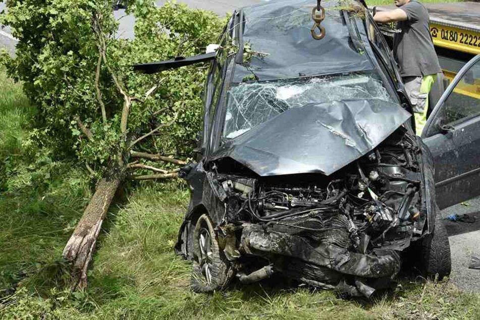 Der Ford Mondeo kann nur noch mit Totalschaden abtransportiert werden.