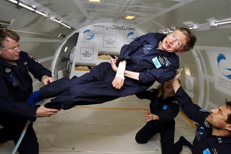 Der britische Astrophysiker Stephen Hawking unternimmt 2007 einen Ausflug in die Schwerelosigkeit. Er erlebte das Abenteuer an Bord einer umgebauten Boeing 727.
