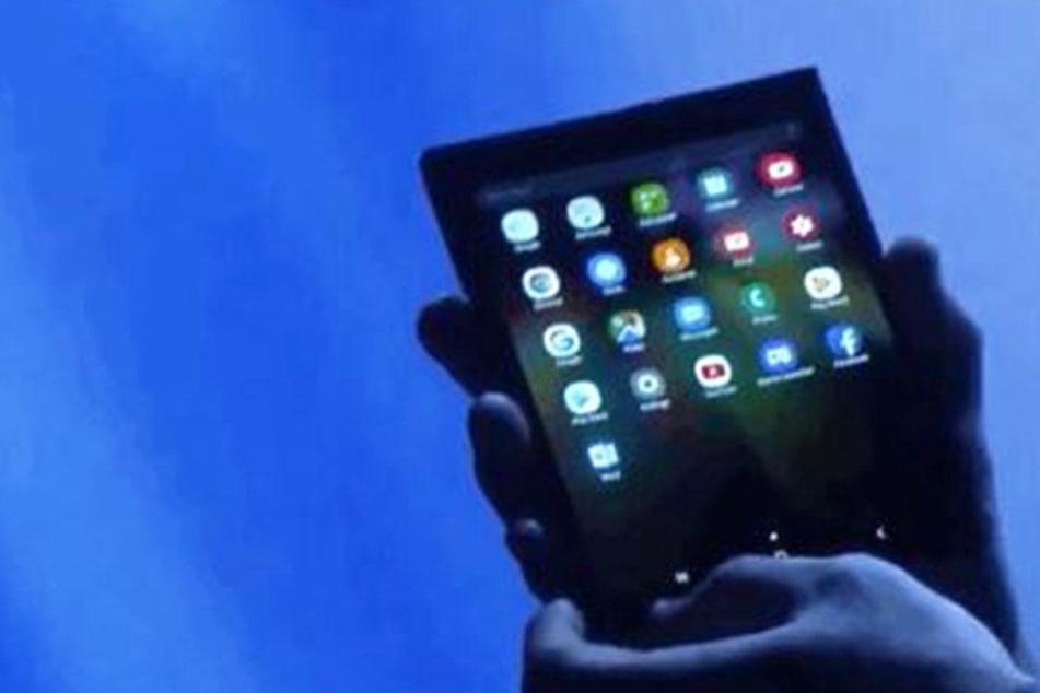 Krasse Neuheit! Samsung bringt faltbares Smartphone heraus