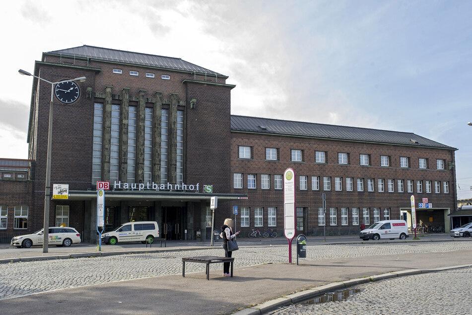 Am Donnerstagabend wurde eine 18-Jährige auf dem Vorplatz des Zwickauer Hauptbahnhofes von drei Jugendlichen erpresst (Archivbild).