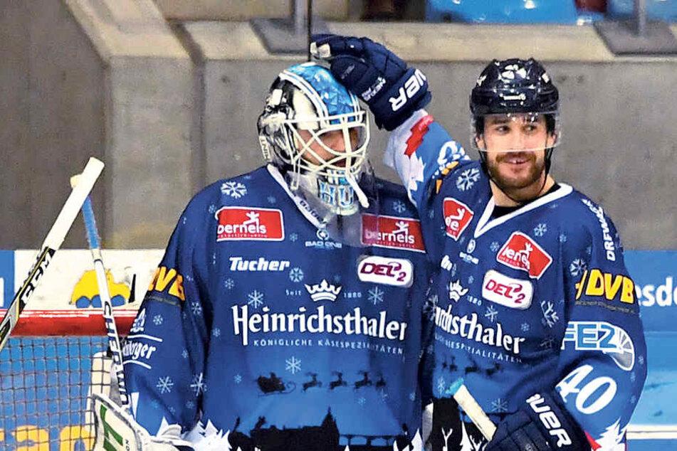 Eislöwen-Stürmer Nick Huard kopft Keeper Marco Eisenhut gratulierend auf den Kopf. Dessen Paraden sind die Lebensversicherung der Dresdner.
