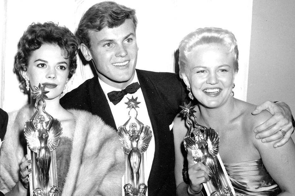 Natalie Wood, Tab Hunter und Peggy Lee zeigen stolz ihre Trophäen bei den Audience Awards.
