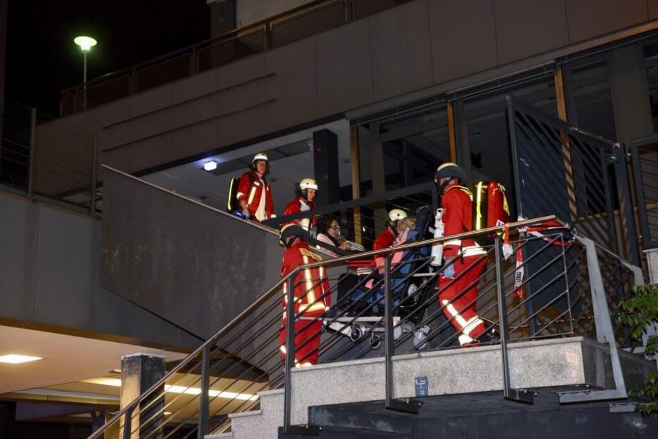Zwei Frauen mussten aus einem Fahrstuhl gerettet werden.