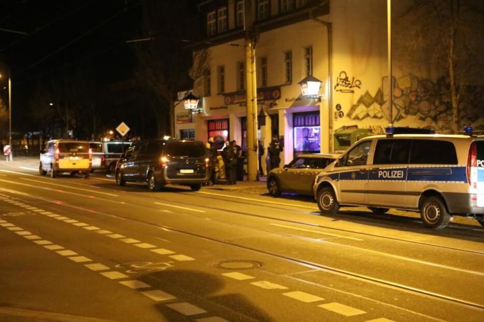Großes Polizeiaufgebot am Freitag vor einem Lokal auf der Eisenbahnstraße.