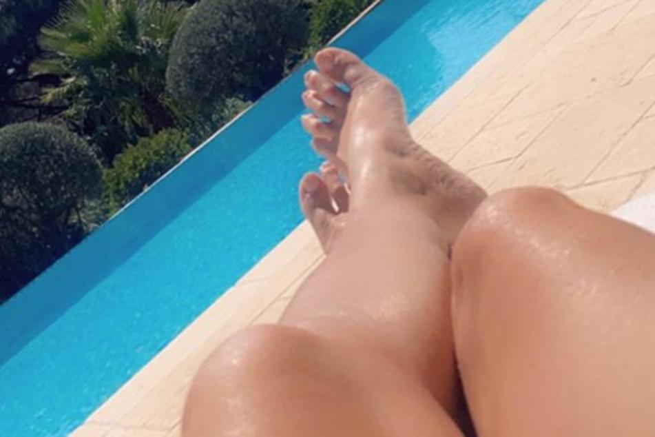 Welche Promi-Dame räkelt hier ihre Füße am Pool?