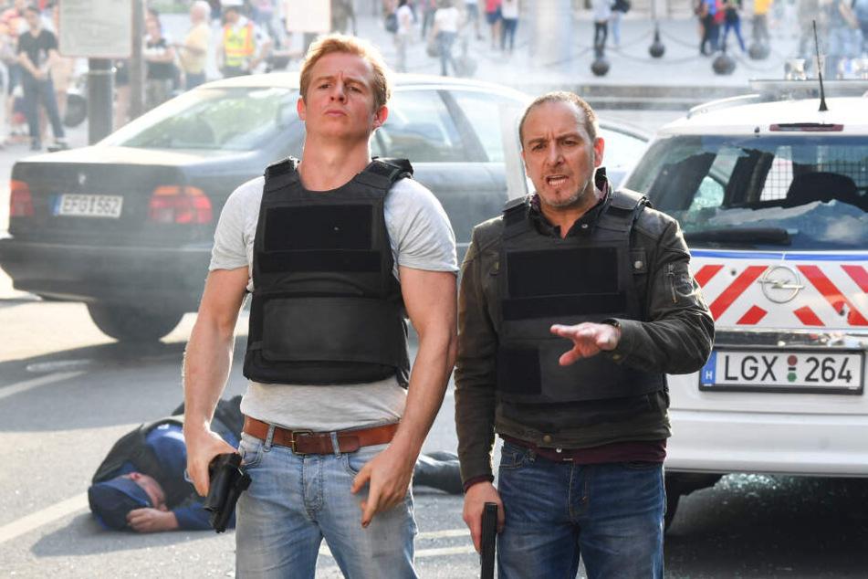 """Die Schauspieler Daniel Roesner (l) als Paul Renner und Erdogan Atalay als Semir Gerkhan stehen für die RTL-Action-Serie """"Alarm für Cobra 11 - Die Autobahnpolizei"""" vor der Kamera."""