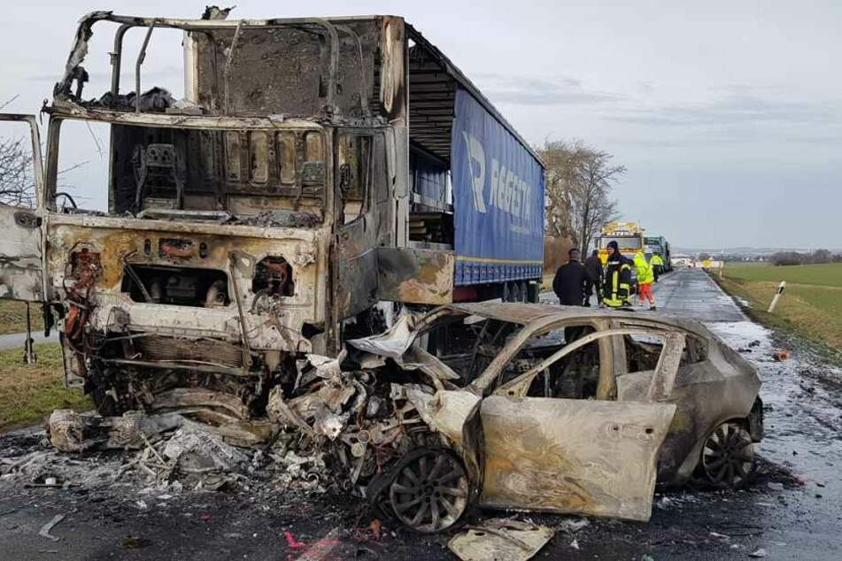 Das Auto brannte komplett aus.