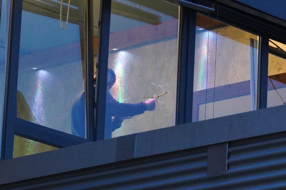 Ein Einschussloch ist am Fenster zu sehen.