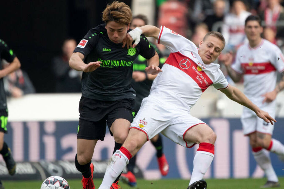Im Zweikampf mit Hannovers Takuma Asano: VfB-Sechser Santiago Ascacibar.