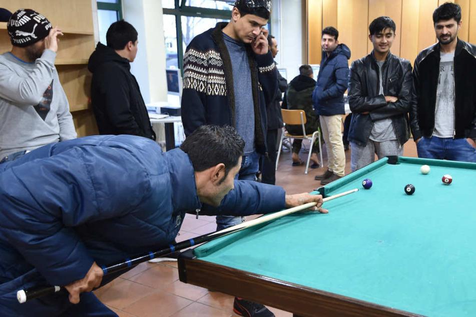 Junge Männer spielen im Freizeitzentrum einer Erstaufnahmeeinrichtung. (Symbolbild)