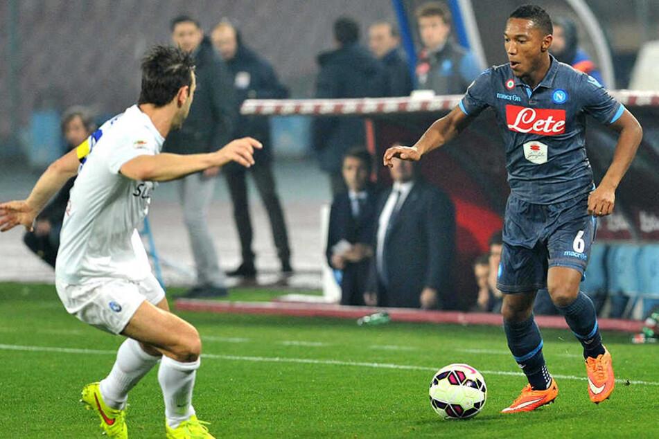 Mittelfeldspieler Jonathan de Guzmán (rechts) hat in Neapel keine Zukunft mehr und wechselt deshalb offenbar nach Frankfurt.