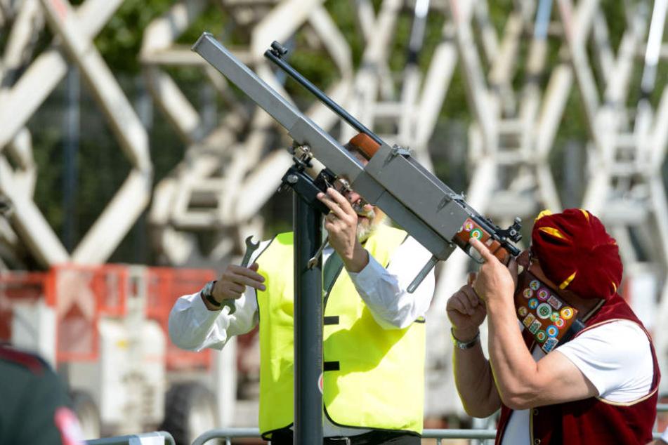 Ein Teilnehmer bei einem Schützenfest mit seiner Langwaffe. (Symbolbild)