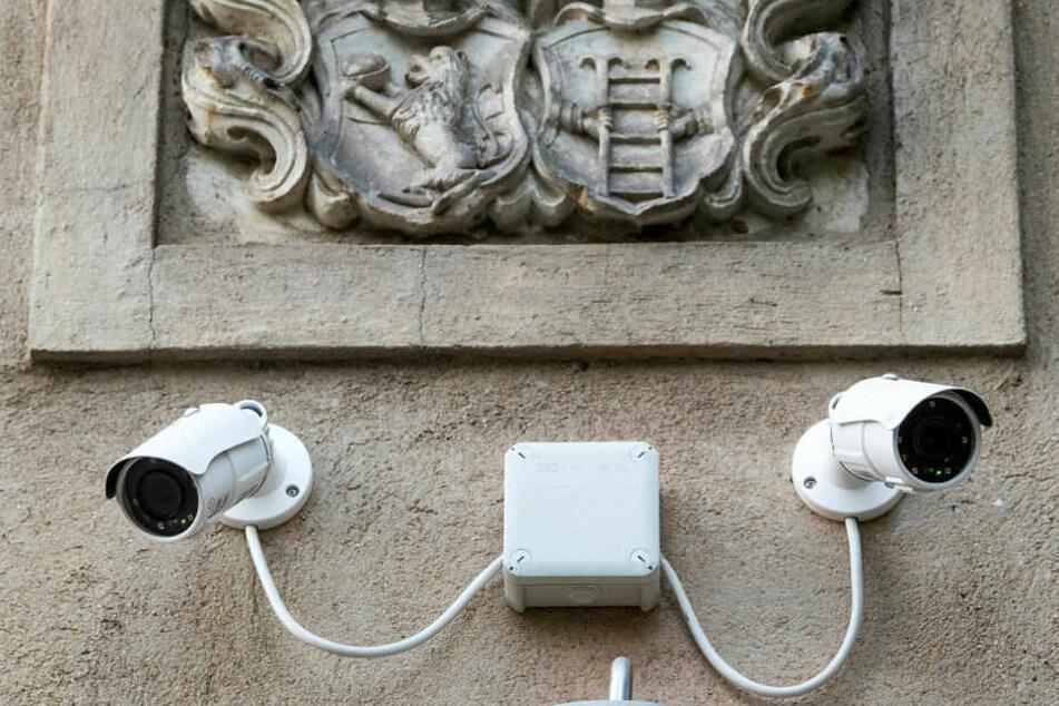 Überwachungskameras hängen über dem Eingang des Vereins Netzwerk für Demokratische Kultur.