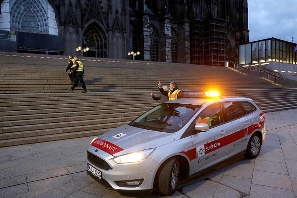 Mitarbeiter des Ordnungsamtes sperrten am Sonntag nahe dem Hauptbahnhof die Treppe vor dem Dom ab