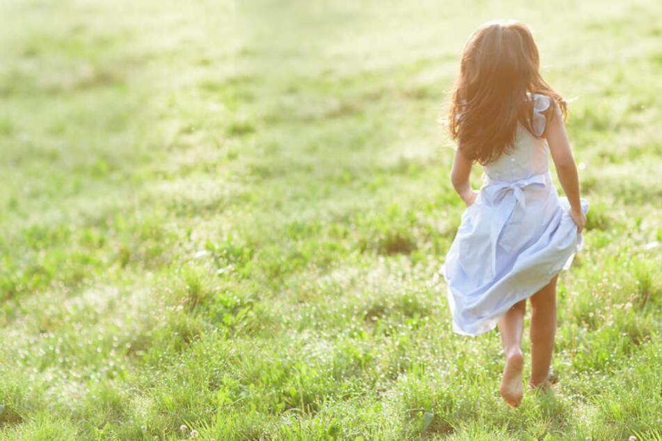 Das Mädchen spielte gerade auf einer Wiese, als sie von dem Mann angesprochen wurde. (Symbolbild)