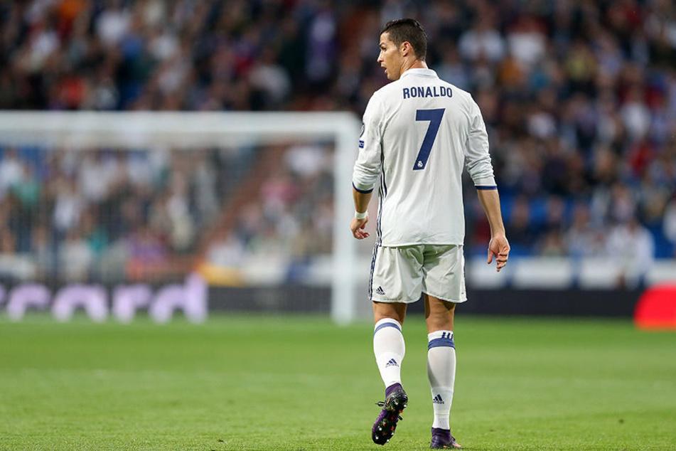 Cristiano Ronaldo post auf dem Spielfeld und neben dem Platz.