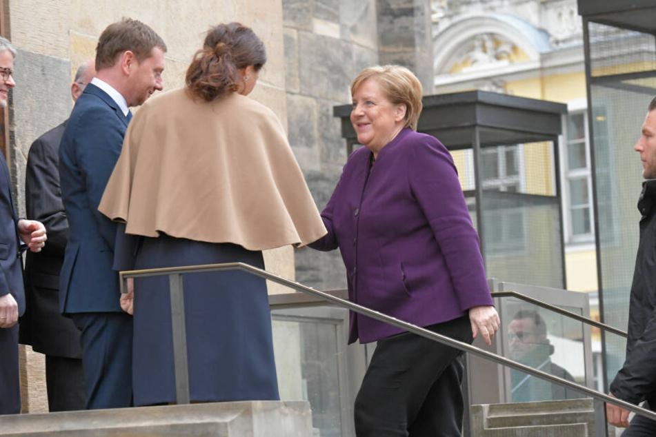 Hoher Besuch in Dresden. Angela Merkel begrüßt Sachsens MP Michael Kretschmer (44, CDU) und dessen Frau Annett Hofmann.