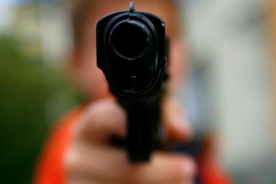 Bei einem Streit hatten die Jugendlichen den Mann mit Spielzeugpistolen bedroht. (Symbolbild)