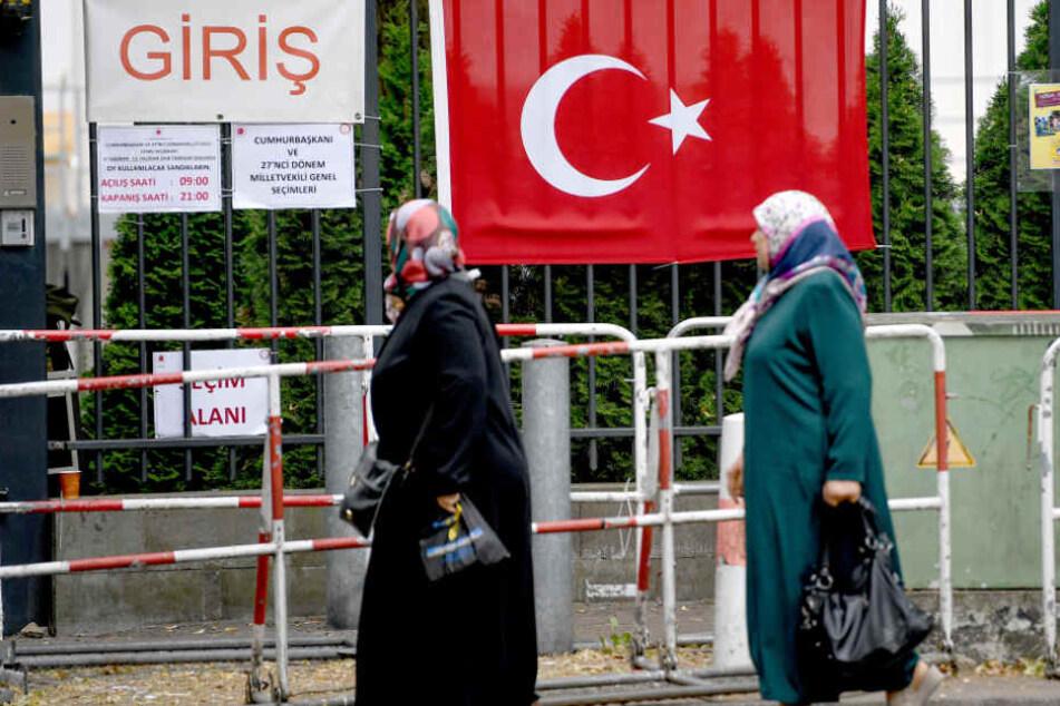 Wahlberechtigte stehen vor dem Gelände des türkischen Generalkonsulats in Berlin.