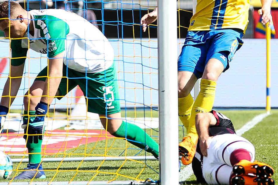 Der Ball im Tor von Keeper Marvin Schwäbe (l.), Niklas Kreuzer am Boden. Der Dresdner war beim Rettungsversuch an den Pfosten des Braunschweiger Gehäuses geprallt.