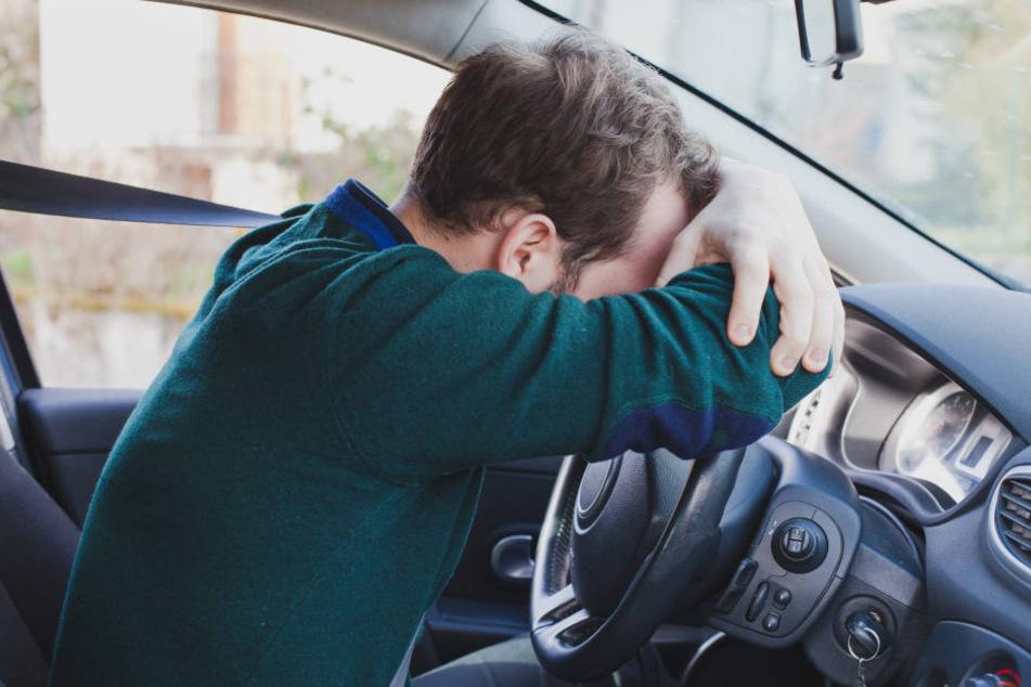 Der Mann schlief in seinem Auto ein. (Symbolbild)