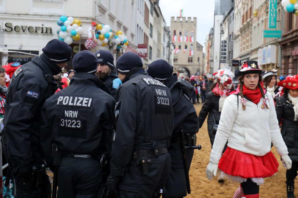 Die Kölner Polizei prüft derzeit Hinweise auf eine mögliche Blockade des Rosenmontagszugs (Archivbild).