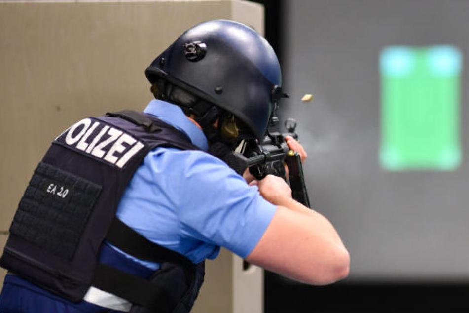 Ein Polizist beim Schießtraining. (Symbolbild)
