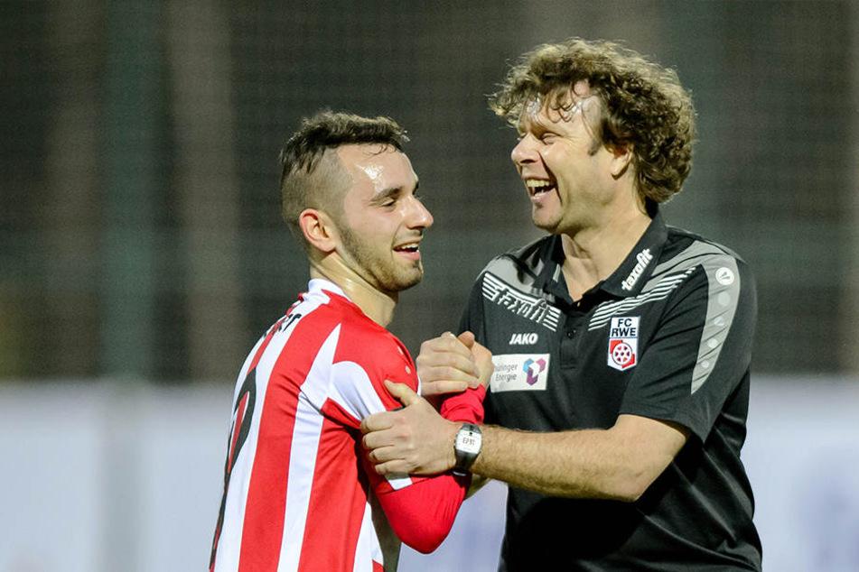 Trainer Stefan Krämer (50,r.) freut sich auf die Begegnung gegen den Bundesligisten.